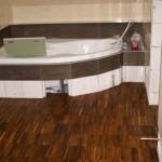 Dřevěná podlaha v koupelně, výborná volba - teaková průmyslová mozaika.