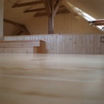 Dřevěná podlaha v půdním prostoru: borovicová podlaha lak