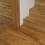 Detail přechodu schodiště - dřevěná podlaha - diletace (korkový pásek)
